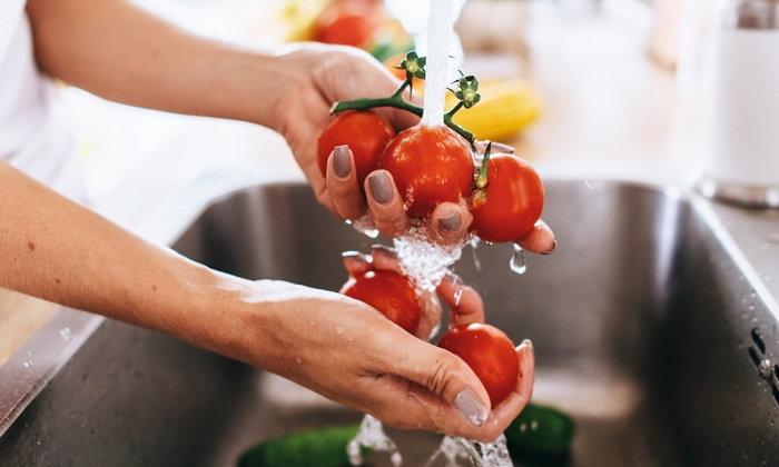 สารเคมีตกค้างในผักผลไม้ ล้างออกด้วยน้ำเปล่าหรือไม่?