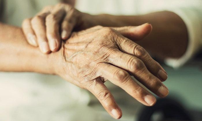 """""""ผิวแห้ง กระเนื้อ ผมร่วง มะเร็งผิวหนัง"""" ปัญหาผู้สูงอายุที่ควรดูแล"""
