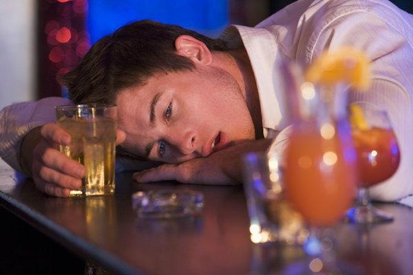"""แพทย์ย้ำชัด """"สุรา"""" ทำสมองเสื่อม ชี้นักดื่มส่วนใหญ่อยู่วัยกลางคนที่ยังว่างงาน"""