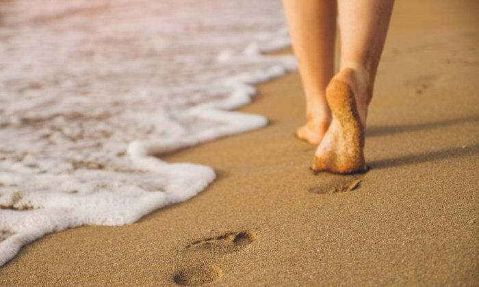 """ระวัง! พยาธิไชตามผิวหนัง หากเดิน """"เท้าเปล่า"""" บนพื้นดิน-ชายหาด"""