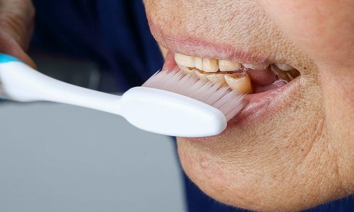 วิธีดูแลฟันของผู้สูงอายุนอนติดเตียง ป้องกันแผลติดเชื้อในปาก