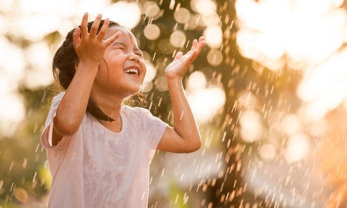"""เตือน! หน้าฝน เด็กเล็ก-ผู้สูงอายุ เสี่ยง """"ปอดปวม"""""""