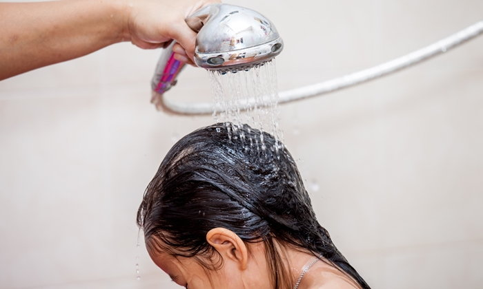 """""""น้ำราดหัว"""" วิธีลดไข้เด็กเล็ก อันตรายหรือใช้ได้จริง?"""
