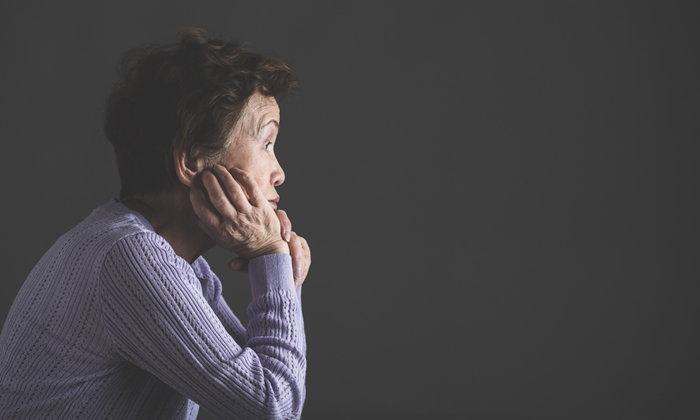"""10 สัญญาณอันตราย """"ซึมเศร้า"""" ในผู้สูงอายุ"""