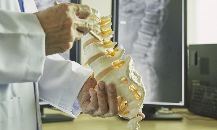 """นวัตกรรมผ่าตัดภาวะ """"กระดูกหลังโก่งยึดติด"""" แผลเล็กเพียง 8 ซม."""