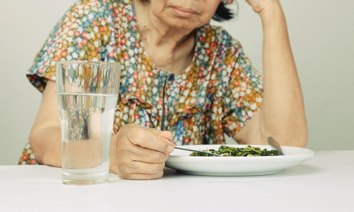 """8 วิธีแก้อาการ """"กลืนลำบาก"""" ในผู้สูงอายุ"""