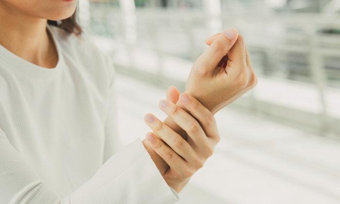 """""""โรคปลอกหุ้มเอ็นข้อมืออักเสบ"""" ภัยเงียบที่พบบ่อยโดยหญิงมากกว่าชาย"""