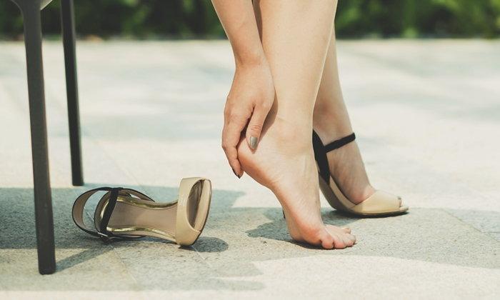"""ปวดเจ็บบริเวณส้นเท้าหลังตื่นนอนบ่อย ๆ ระวังเสี่ยง """"โรครองช้ำ"""""""