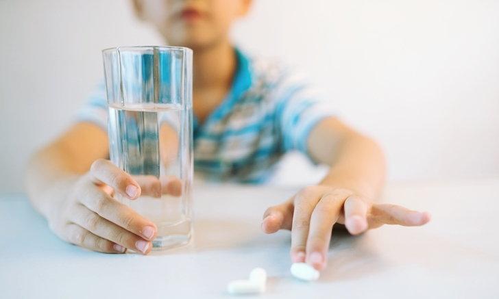 """อันตรายจากการให้เด็ก """"กินยา"""" ผิดวิธี"""