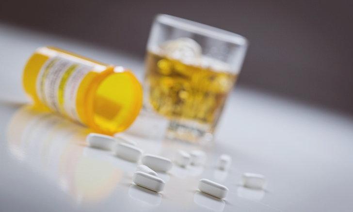 """""""ยาคลายกล้ามเนื้อ"""" กับ """"แอลกอฮอล์"""" ส่วนผสมอันตราย ห้ามกินเด็ดขาด"""