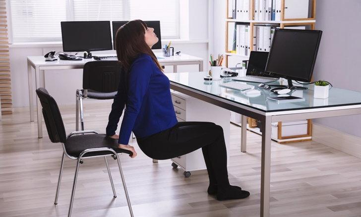 """แก้ """"ปวดหลัง"""" จากการนั่งทำงานทั้งวัน ด้วยท่า """"โยคะบนเก้าอี้"""""""