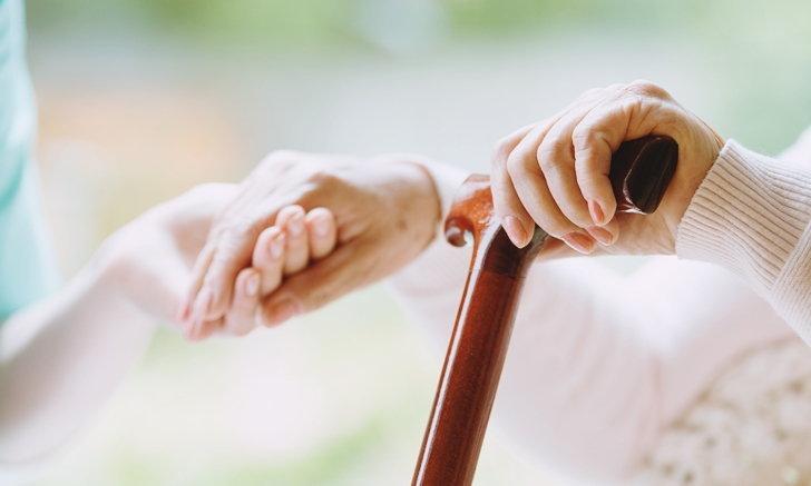 """""""ไม้เท้า"""" สำหรับผู้สูงอายุ และวิธีเลือกซื้อที่คนในครอบครัวควรรู้"""