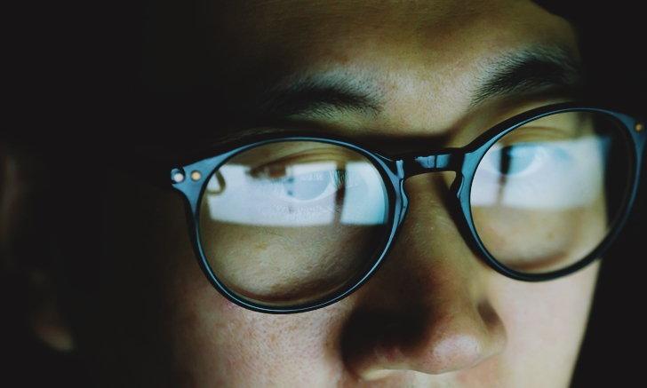 """แว่นตา """"เลนส์ตัดแสงสีฟ้า"""" จำเป็นหรือไม่?"""