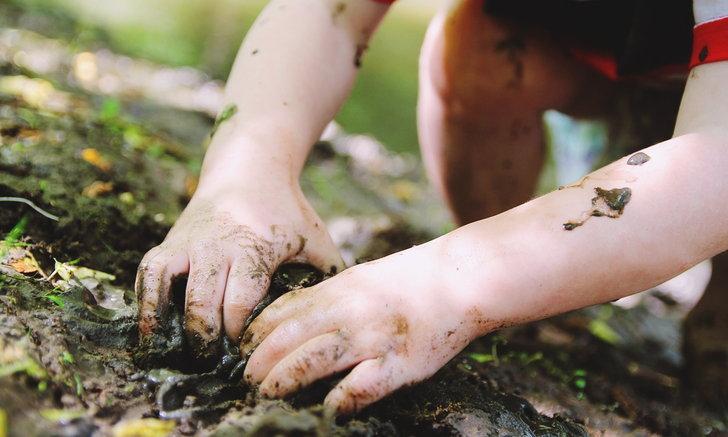 """เตือนภัย """"เด็กเล็ก"""" หมั่นล้างมือหลังเล่นดินทราย เสี่ยง """"พยาธิชอนไช"""""""