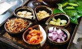 """ประโยชน์และข้อควรระวังของ """"เมี่ยงคำ"""" อาหารไทยสมุนไพรเพียบ"""