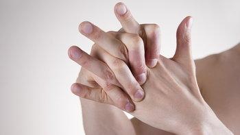 ไขข้อสงสัย หักนิ้วบ่อยๆ เป็นอันตรายหรือไม่?