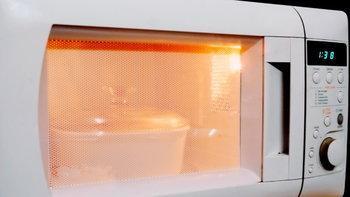 แสงในเตาไมโครเวฟขณะอุ่นอาหาร อันตรายหรือไม่?
