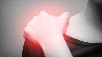 """ปวดหัวไหล่ ยกแขนไม่ขึ้น สัญญาณ """"ภาวะไหล่ติด"""""""