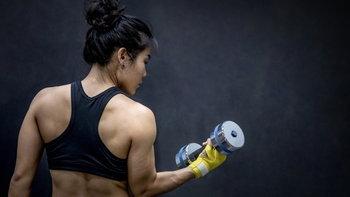 """ผู้หญิงออกกำลังกาย เล่นเวทอย่างไร ไม่ให้ """"ล่ำบึ้ก"""" เกินไป"""