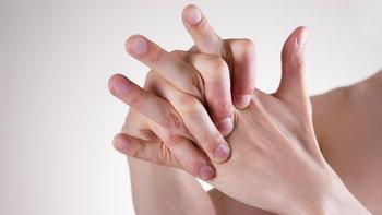 """""""หักข้อนิ้วมือ"""" ทำบ่อยๆ อันตราย-เสี่ยงข้ออักเสบหรือไม่?"""