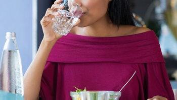 จริงหรือไม่? ดื่มน้ำระหว่าง-หลังทานอาหาร ทำให้อาหารไม่ย่อย