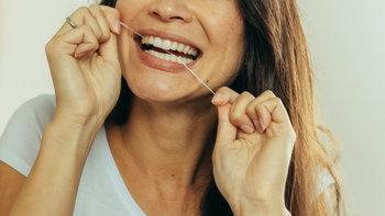 """""""ไหมขัดฟัน"""" จำเป็นแค่ไหน? ไม่ใช้ได้หรือไม่?"""