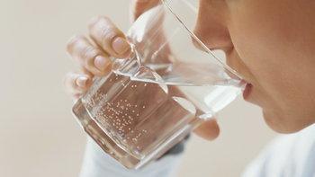 """ดื่มน้ำ """"มากเกินไป"""" ตลอดทั้งวัน อาจเป็นอันตรายต่อสุขภาพได้"""