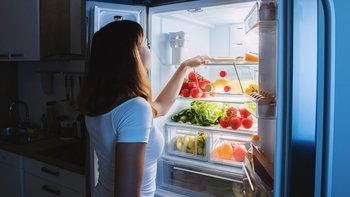 """กิน """"มื้อดึก"""" แม้จะกินอาหารเบาๆ จะเป็นอันตรายต่อร่างกายหรือไม่?"""