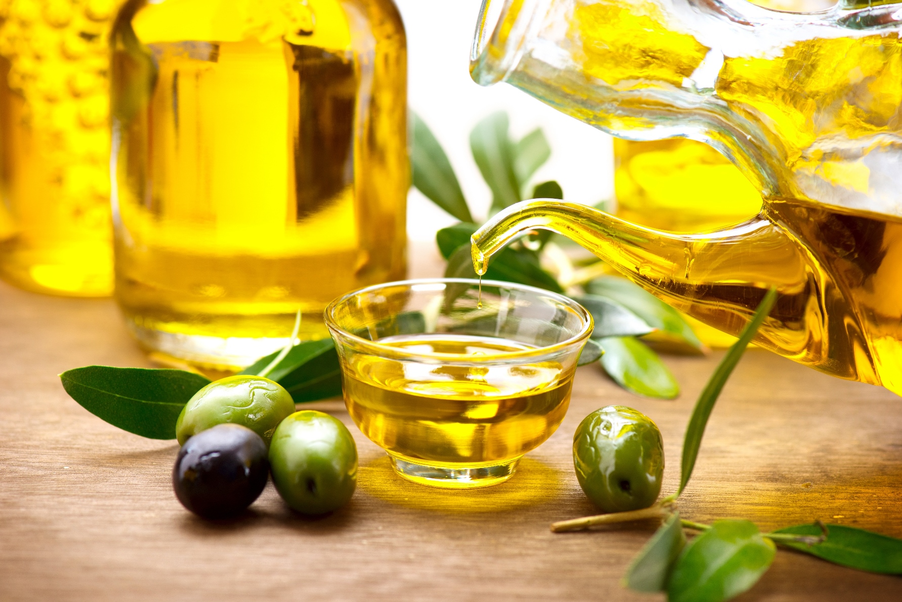 oliveoilpouringfrombottle