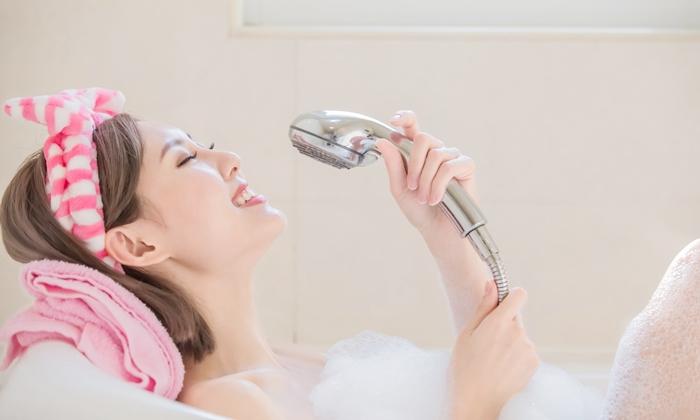 """จิตแพทย์ยืนยัน """"ร้องเพลงขณะอาบน้ำ"""" ช่วยลดเครียดได้จริง"""