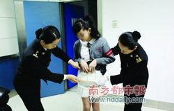 นักเรียนหญิงซุก iPhone 4S กว่า 30 เครื่องใต้กระโปรงหนีภาษีเข้าจีน!