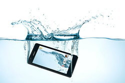 การแก้ปัญหาเบื้องต้น เมื่อ มือถือ ตกน้ำ จะทำอย่างไรดี เมื่อ มือถือตกน้ำ ?