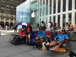 นี่ก็รีบ! สาวก Apple ตั้งแถวรอซื้อ iPhone 6 แล้ว!