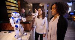 คอนนี่หุ่นยนต์ต้อนรับสำหรับธุรกิจบริการที่มีเทคโนโลยีวัตสันอยู่เบื้องหลังตัวแรกของโลก