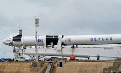 """""""นาซา-สเปซเอ็กซ์"""" เลื่อนส่งยานอวกาศพร้อมนักบิน หลังสภาพอากาศไม่เป็นใจ"""