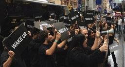 เผยแล้ว เบื้องหลังกลุ่มคนชุดดำ Wake Up ในออสเตรเลีย คือ RIM !!