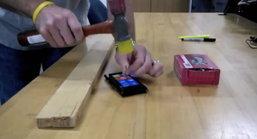 ทดสอบความแข็งแรงของหน้าจอ Nokia Lumia 900 ด้วยการนำไปตอกตะปูแทนค้อน