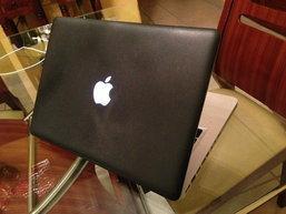 ฝรั่งหัวใส ใช้วิธีใหม่ในการปกป้องเครื่อง MacBook ด้วยการเคลือบยาง แต่ดูอีกทีเคสแบบเดิมมันก็ดีอยู่แล