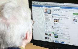 """โซเชียลมีเดียทำ """"โลกแคบ"""" ผู้ใหญ่ (ก็) ติดเฟซบุ๊ก"""