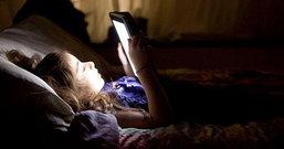 """เตือนคนชอบเล่นมือถือก่อนนอน ระวังอาการ """"ตาบอดชั่วคราวจากสมาร์ทโฟน"""""""