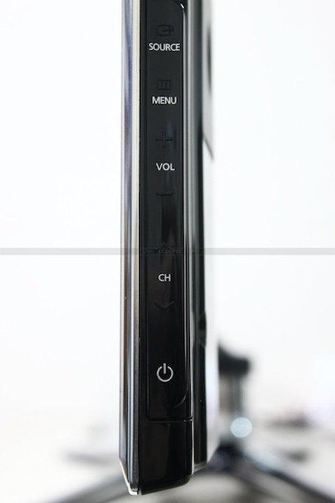 ขอบด้านล่างทางซ้ายจะเป็นไฟสถานะแจ้งการเปิดปิดของตัวทีวี ซึ่งถ้าอยู่ในสถานะ Standby และเมื่อพร้อมใช้งานไฟจะเป็นสีขาว