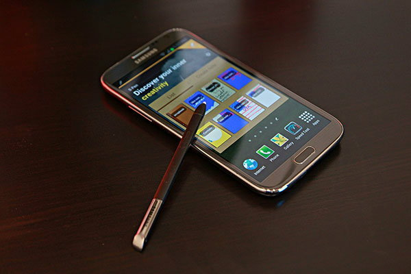 สองมือถือจอยักษ์พร้อมชน iPhone 5S
