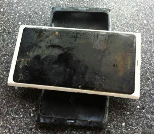 Xperia Z ยังอาย เมื่อ Nokia Lumia 800 แช่น้ำ 3 เดือนยังใช้ได้