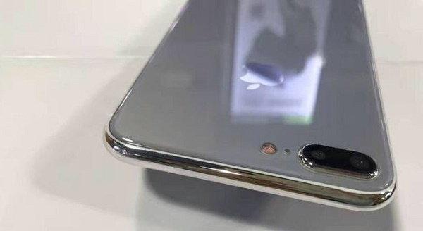 เชิญชมภาพ iPhone 7s Plus เครื่องดัมมี่  ด้านหลังเป็นกระจกเงางาม