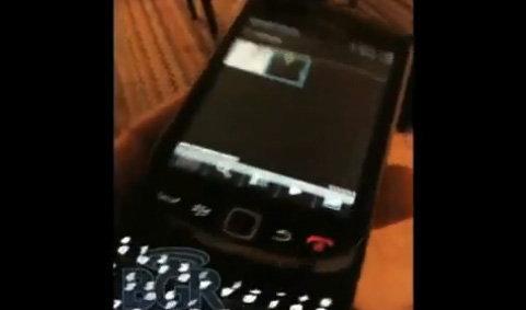 เห็นกันเต็มๆตา กับ BlackBerry ฝาพับ รัน OS6