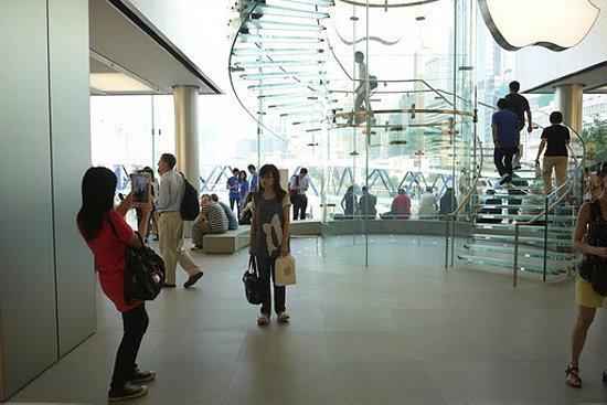 ปัญหาใหม่ Apple Store ฮ่องกง ระวังคนแอบมองลอดบันไดแก้ว