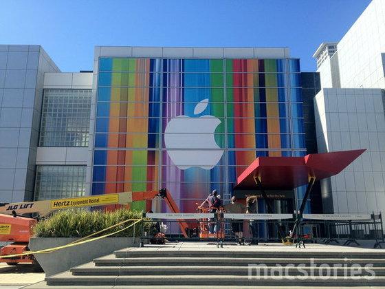 ภาพสถานที่งานเปิดตัว iPhone 5  ตกแต่งแบบนี้โดนอ่ะ