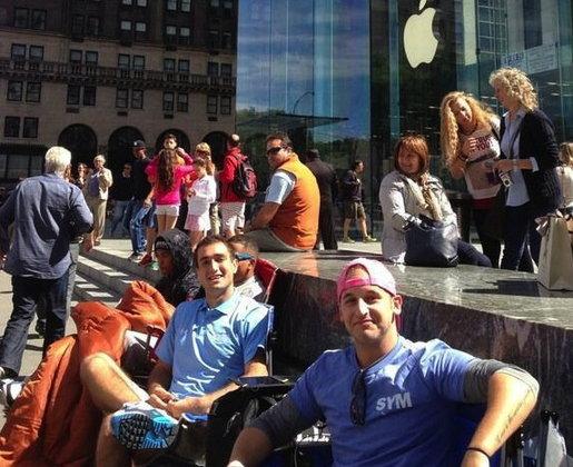 สาวก Apple เริ่มตั้งแถวรอ iPhone 5C - iPhone 5S แล้ว