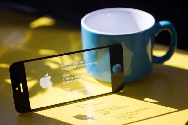มาดูนามบัตรที่ทำจากหน้าจอ iPhone แท้ๆ กัน!