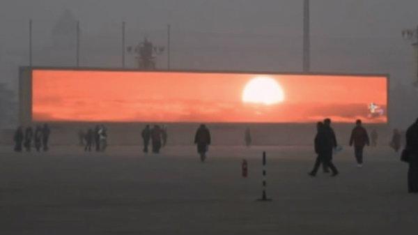 ปักกิ่งหมอกควันลงจัด จนรัฐฯต้องฉายภาพพระอาทิตย์ให้ดูบนจอทีวียักษ์